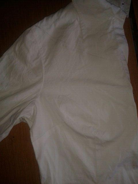 diy-convertir-camisa-vieja-blusa-hombros-al-aire