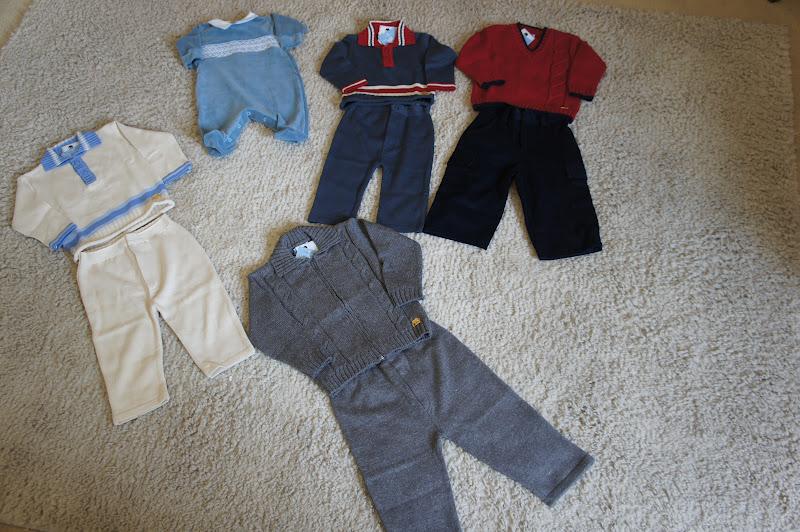 40fc4bd51 Os tamanhos dos meninos também seguem a mesma regra  macacão de plush azul  é RN  conjuntinho azul com gola vermelha é tamanho P  conjunto de calça de  veludo ...