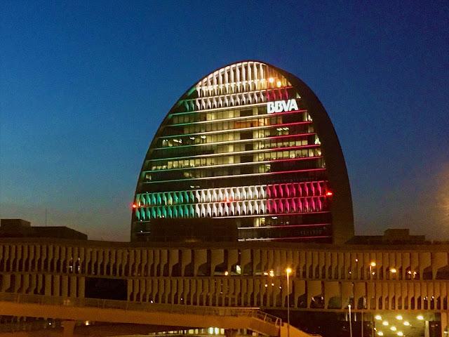 """El BBVA ilumina """"la vela"""", su sede en Las tablas, Madrid, en homenaje a México y las víctimas del terremoto - ÁlvaroGP - México - BBV - La vela - el troblogdita - SEO"""
