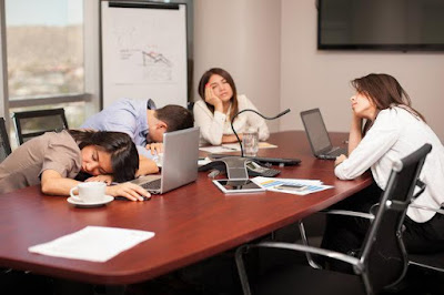 Ilustrasi Pekerja Malaysia tidur di kantor