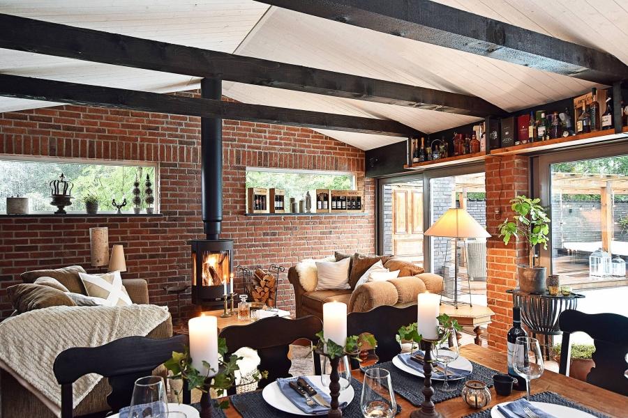 Klasyczna elegancja z rustykalną nutą, wystrój wnętrz, wnętrza, urządzanie mieszkania, dom, home decor, dekoracje, aranżacje, styl klasyczny, styl rustykalny, drewno, salon, livingroom