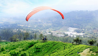Selain terkenal dengan perkebunan tehnya, iklim yang sejuk dan beragam pilihan kuliner di sekitar Puncak menjadikannya salah satu tempat kecil di Indonesia untuk mencoba Paragliding