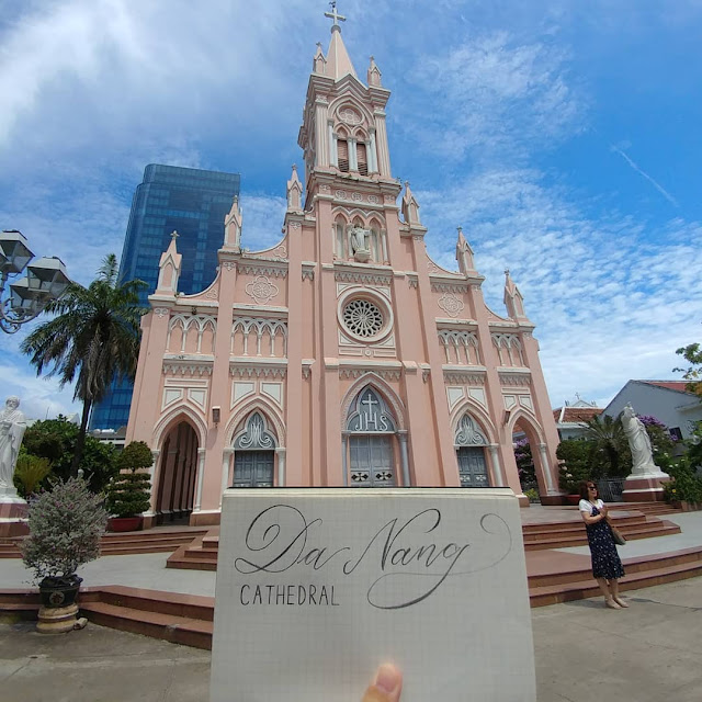 """Các linh vật ngộ nghĩnh viếng thăm """"nhà thờ màu hồng"""" ở Đà Nẵng"""