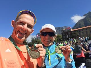 Meine Frau Silke und ich im Ziel des Two Oceans Marathon 2018