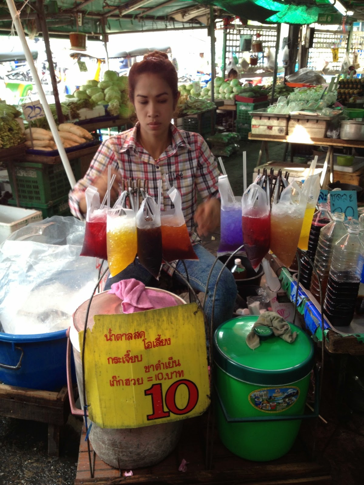 Bangkok - Wet market - You can buy drinks served in plastic bags