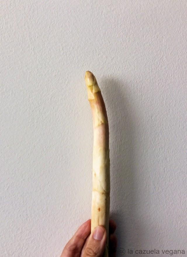 Espárragos blancos a la plancha con ajo, perejil y piñones [Veganos]