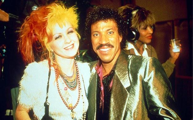 """Cyndi Lauper e Lionel Richie. Tina Turner, ao fundo, na gravação de """"We Are the World"""""""
