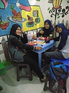 Makan di cafe dr uniccone