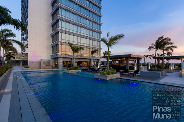 swimming pool at Courtyard by Marriott Iloilo