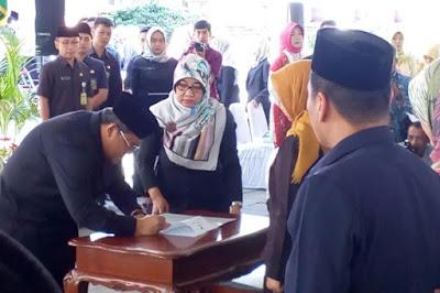 Penandatanganan berita acara sumpah oleh Gubernur Jawa Barat.