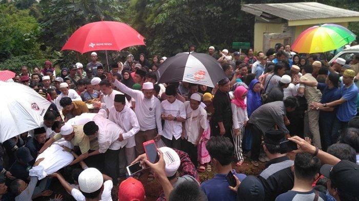 Haru Biru! Tahlil dan Yasin Iringi Pemakaman Korban Kecelakaan Tanjakan Emen Subang
