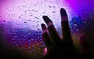 tangan menyentuh kaca