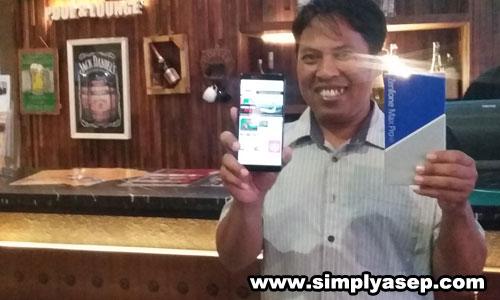GAYA  : Penuis menjajal kecanggihan fitur fitur ASUS ZenFone Max Pro M1 di sela sela acara ASUS Blogger Gathering yang digelar di Golden Tulip Pontianak tadi malam (1/11/2018). Foto Asep Haryono
