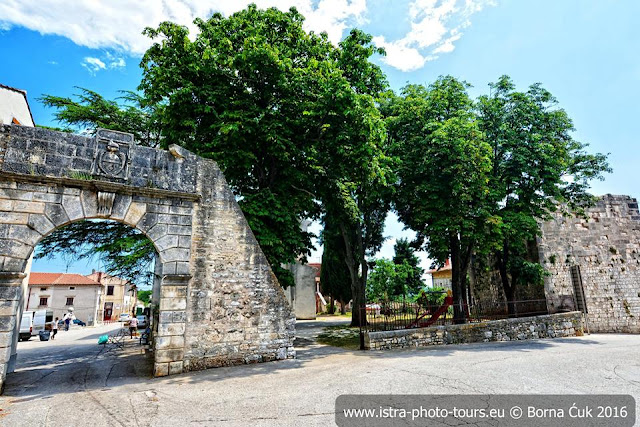Ulaz u grad Barban ostaci gradskih zidina kaštela