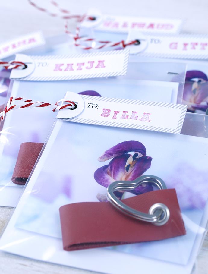 Ynas Design Blog | DIY | Valentinstagsgeschenk | Rote Schlüsselanhänger aus Leder | als Geschenk verpackt