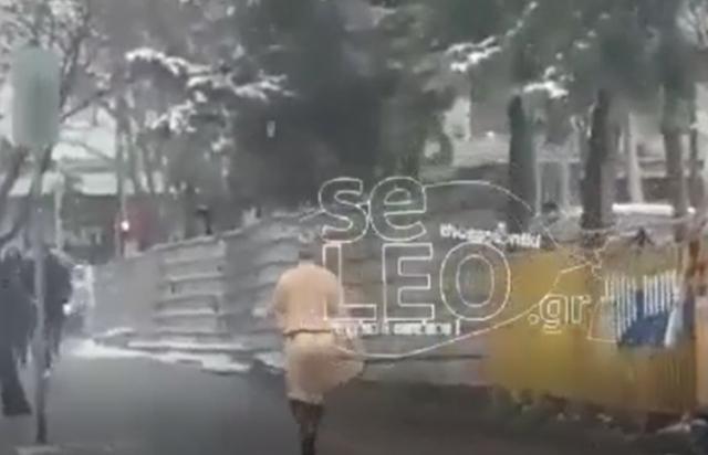 Γυμvή γυναίκα κυκλοφορεί στο χιονισμένο κέντρο της Θεσσαλονίκης (video)