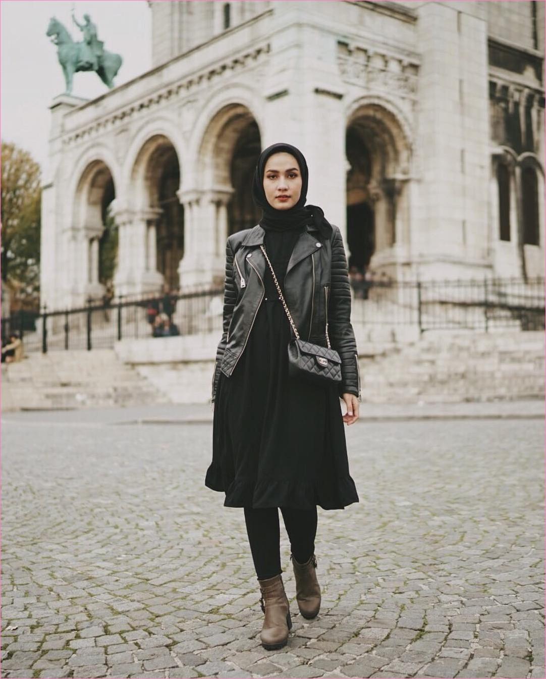 Outfit Baju Traveler Berhijab untuk Keluar Negri Ala Selebgram 2018 square hijab polos slingbags channel jacket kulit dress abaya tunic legging hitam boots coklat tua ootd outfit trendy london ciput rajut kerudung segiempat coat