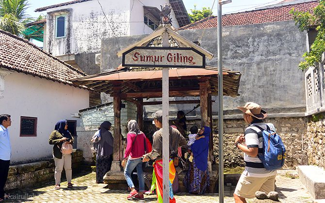 Mengunjungi sumur giling di dekat makam sendang duwur