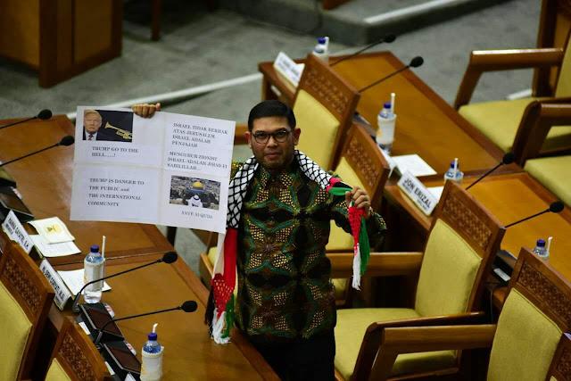 Syal Palestina yang Bicara di Ruang Paripurna