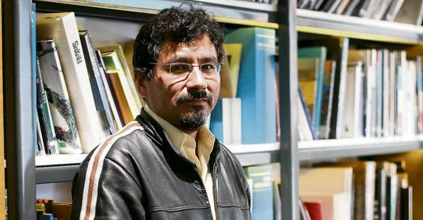 Profesor de Sicuani - Cusco, crea set de televisión y cabina de radio en su aula