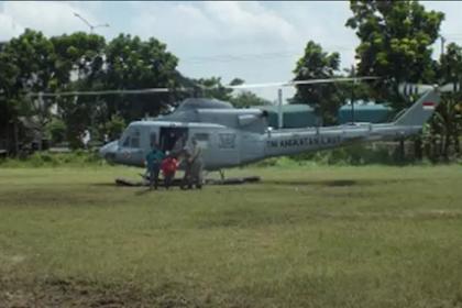 Rindu Tak Tertahan Dengan Ibundanya, Pilot TNI AU Ini Daratkan Helikopter di Desanya