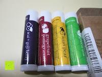 farbige Seite: LIPPENPFLEGESTIFT Einzigartig erfrischende Düfte (4-er Packung) - Lippenpflege die trockene Lippen repariert und Feuchtigkeit verleiht. 100% aus natürlichem Bienenwachs Lippenbalsam. Hergestellt in USA von Beauty by Earth