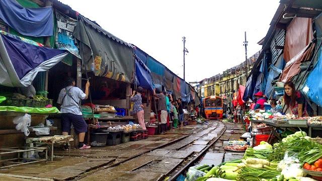 Mercado sobre las vías del tren en Bangkok, Mae Klong