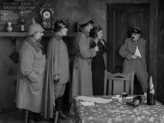 """Кадр из к/ф Чарли Чаплина """"На плечо"""" / Shoulder Arms (1918) - 24"""