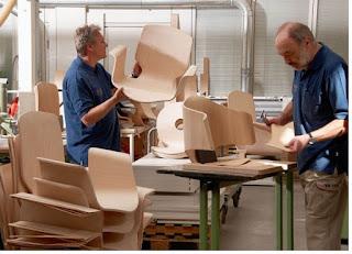 Tukang mebel menghasilkan perabotan kayu - pustakapengetahuan.com