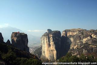 Meteora y uno de sus monasterios en lo más alto
