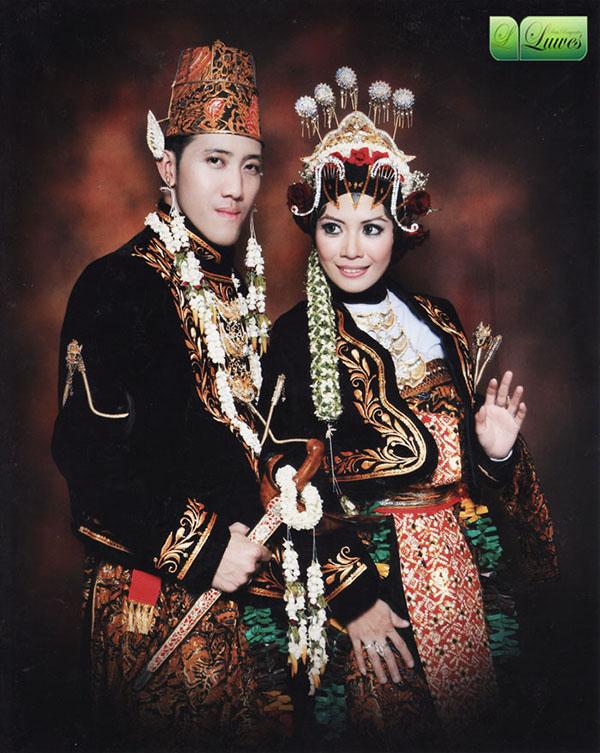 Pengantin adat Jawa dengan dodot dan hijab