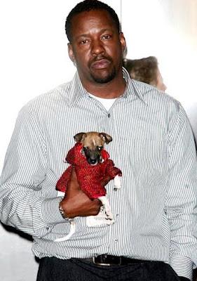 Foto de Bobby Brown cargando a su mascota