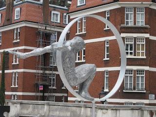 Escultura gigante de mano