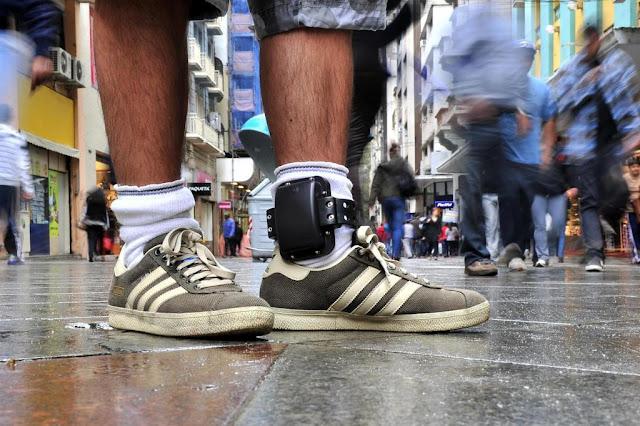 réplica de tornozeleira eletrônica é vendida em redes sociais