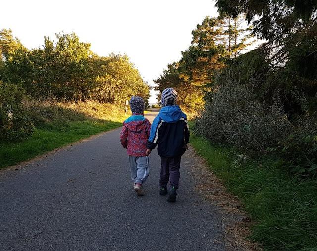 Bornholm mit Kindern im Herbst. Teil 2: Ankommen auf der Sonneninsel des Nordens. Der erste Gang zum Strand mit unseren Kindern.