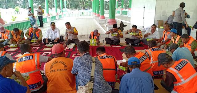 Kapolres Asahan AKBP Faisal F Napitupulu makan siang berdama puluhan juru parkir.
