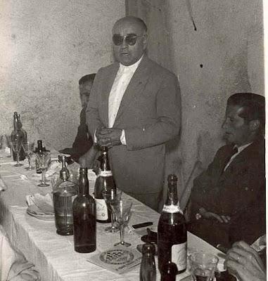 Ricardo A. Oller durante la entrega de la insignia al Presidente del Club Ajedrez Lillet en 1957