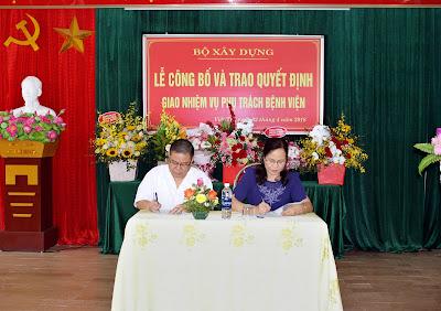Lễ ký biên bản bàn giao giữa đồng chí Ngô Thị Minh Huệ và đồng chí Đỗ Hoàng Long