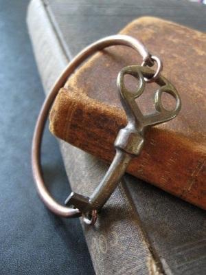 Gelang gothic terbuat dari kunci bekas.