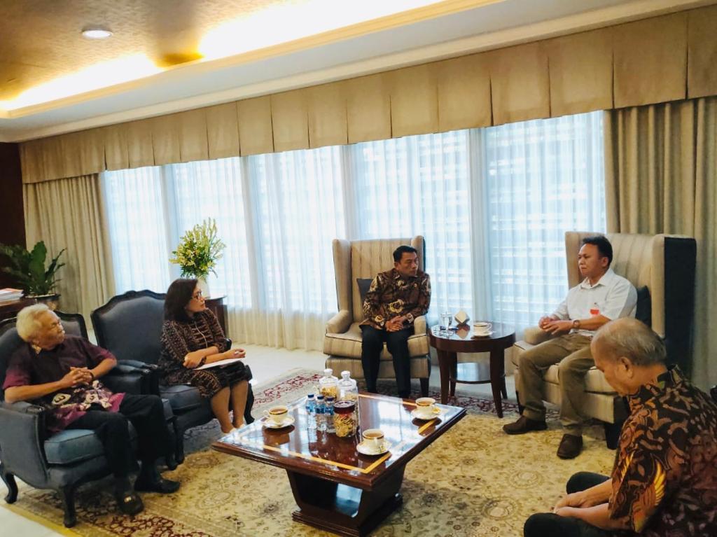 Kepala Staf Presiden, Moeldoko menerima Mugiyanto (baju putih) dan keluarga korban didampingi Deputi V KSP, Jaleswari Pramodhawardani.