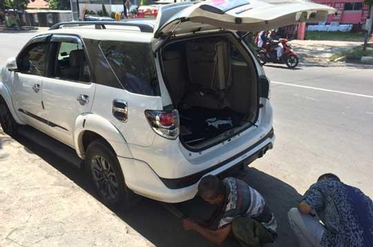 maling pecah kaca mobil di siang bolong