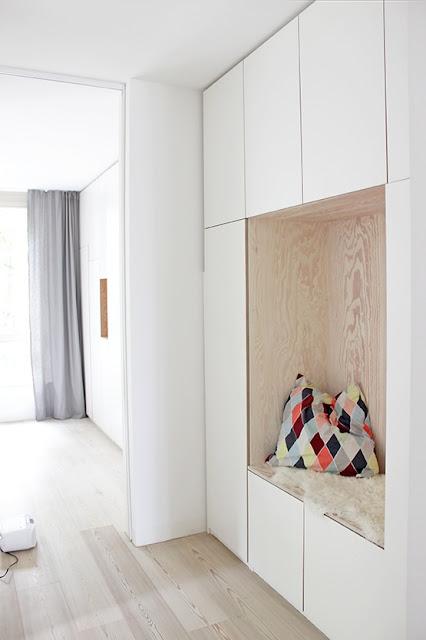 Helle Küche im skandinavischen Design in Berlin - Weiß plus helles Holz für Wohnlichkeit