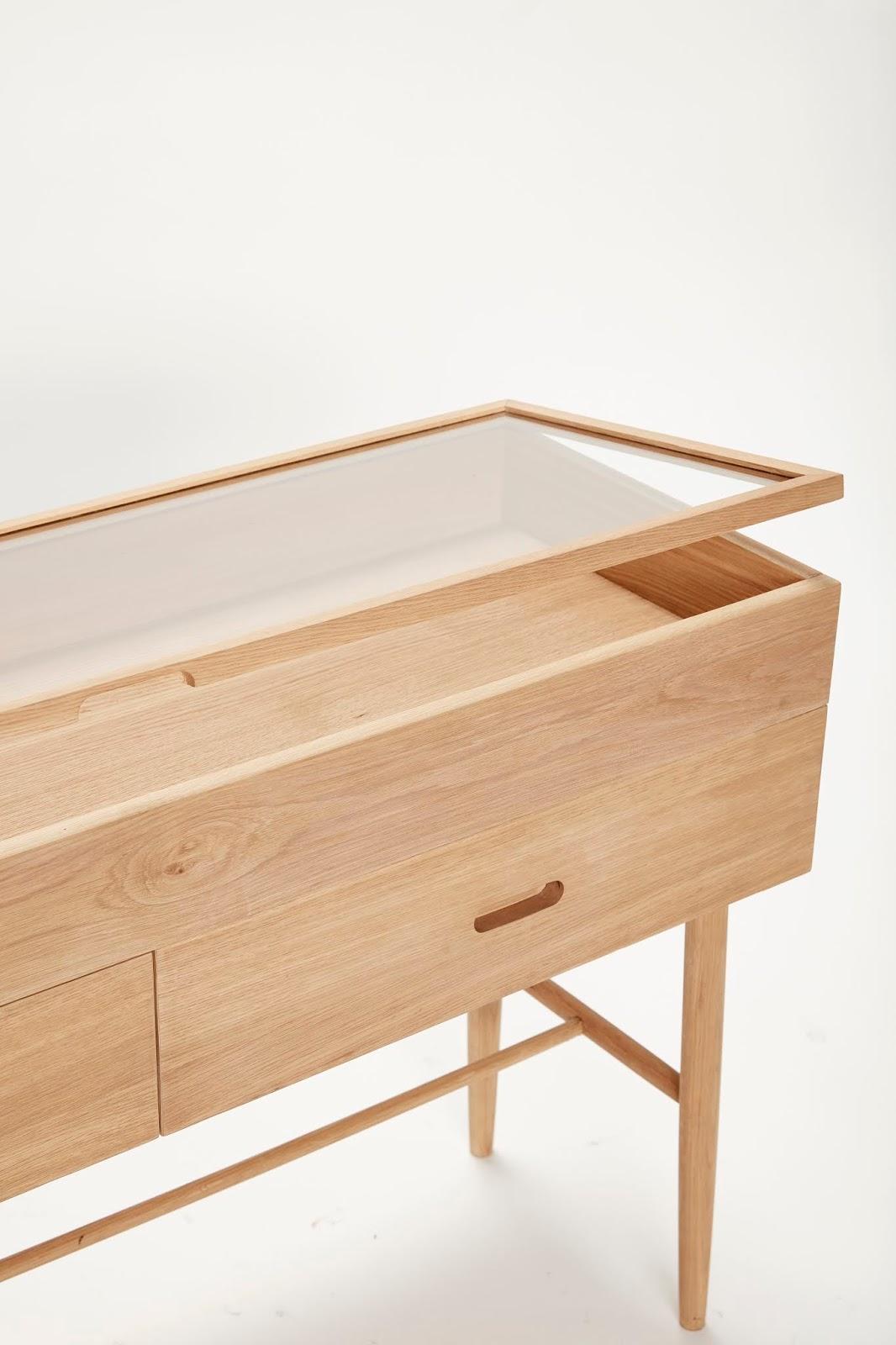 szafka z drewna ze szkłem