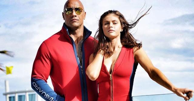 巨石強森、亞莉珊卓妲妲李奧《海灘遊俠》再合體 首張劇照公開,柴克艾弗隆肌肉更壯了!