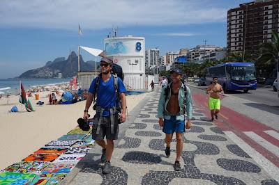 Rob Greenfield (esq) e James Levelle no Rio de Janeiro - Divulgação