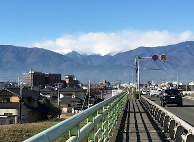 国道20号の橋から見る山々