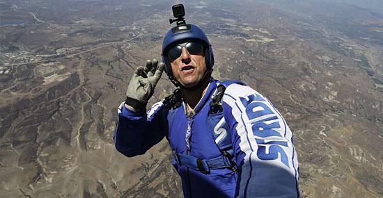 Homem salta sem paraquedas de mais de 7 quilômetros de altura - Capa