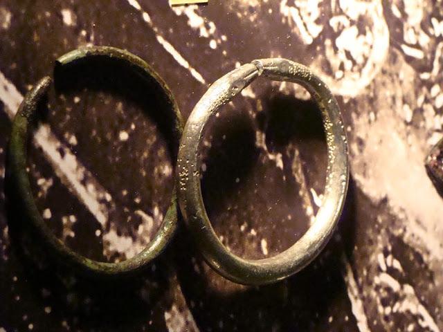 Wczesnośredniowieczne bransolety znalezione na cmentarzysku w Gieczu