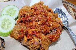 Menikmati Ayam Geprek, Kuliner Khas Indonesia
