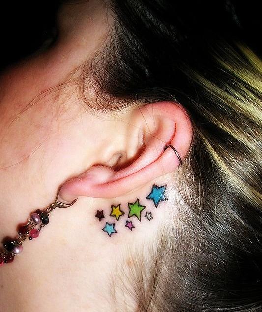 tatuajes para mujeres estrellas en el cuello